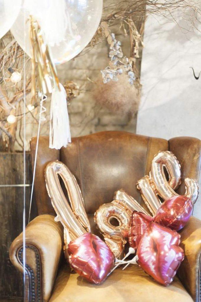 結婚式のバルーン装飾,アンティークソファにたくさんのバルーンアイテムを装飾してゲストをおもてなし
