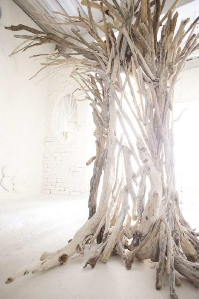 流木を使ったシンボルツリーで個性的に装飾